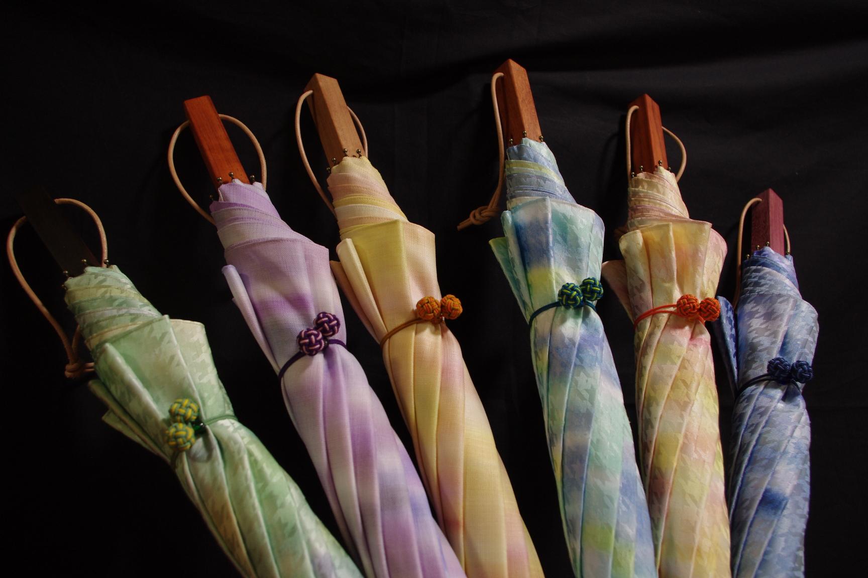 光る風に包まれる日傘